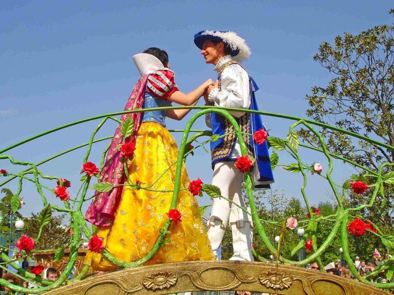 Schneewittchen und ihr Prinz tanzen auf der Parade